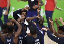 Jogadores da seleção masculina de basquete comemoram conquista de medalha de ouro no Rio 21/08/2016 REUTERS/Dylan Martinez
