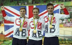 Ciclistas britânicos Philip Hindes, Jason Kenny e Callum Skinner comemoram medalha de ouro nos Jogos do Rio. 11/08/2016 REUTERS/Matthew Childs