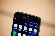 Смартфон Samsung Electronics Galaxy S7 в штаб-квартире компани в Сеуле. Samsung Electronics CoLtd планирует в следующем году запустить программу продажи восстановленных версий своих премиальных смартфонов, которые ранее уже были в употреблении, сообщил Рейтер источник, знакомый с вопросом. REUTERS/Kim Hong-Ji
