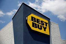 Best Buy, le numéro un américain de la distribution d'électronique grand public, a annoncé mardi une hausse inattendue de ses ventes à données comparables, grâce à la vigueur de la demande. /Photo d'archives/REUTERS/Shannon Stapleton