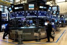 Operadores trabajando en la Bolsa de Nueva York, Estados Unidos. 13 de julio de 2016. Las acciones subían el martes en la apertura en la bolsa de Nueva York por primera vez en tres sesiones, mientras los inversores esperan el discurso de esta semana de la presidenta de la Reserva Federal, Janet Yellen, en busca de pistas sobre una próxima subida de las tasas de interés en Estados Unidos. REUTERS/Brendan McDermid