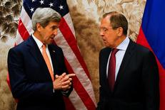 Глава Госдепартамента США Джон Керри и министр иностранных дел России Сергей Лавров (справа) на встрече в Вене 16 мая 2016 года. Лавров и Керри в пятницу пообщаются в Женеве, фокусируясь на конфликтах в Сирии и на Украине REUTERS/Leonhard Foeger/Pool