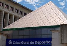 La Comisión Europea y Portugal han llegado a un principio de acuerdo para la recapitalización, en términos de mercado, del banco estatal Caixa Geral de Depositos (CGD), que prevé una inyección de 2.700 millones de euros en fondos públicos y una emisión de deuda. En la imagen, la sede de Caixa Geral de Depositos en Lisbo, el 21 de julio de 2010. REUTERS/José Manuel Ribeiro/File Photo
