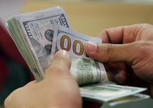 Cliente conta notas de dólar em banco no Cairo, Egito 10/03/2016 REUTERS/Amr Abdallah Dalsh/File Photo