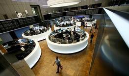 Les principales Bourses européennes évoluent en baisse de près de 1% jeudi dans les premiers échanges, sous le coup notamment d'une chute du compartiment des matières premières et ce dans un contexte attentiste avant un discours attendu vendredi de la présidente de la Réserve fédérale américaine. À Paris, le CAC 40 perd 0,89% à 4.396,03 points vers 07h30 GMT. À Francfort, le Dax recule de 0,75% et à Londres, le FTSE de 0,51%. /Photo prise le 24 juin 2016/REUTERS/Ralph Orlowski