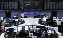 Las bolsas europeas cayeron el jueves lastradas por los valores mineros y farmacéuticos, mientras los inversores reducen su exposición a activos de más riesgo antes de un discurso clave de la presidenta de la Reserva Federal de Estados Unidos. En la imagen, operadores trabajan en sus mesas delante del índice de precios alemán DAX en la Bolsa de Fráncfort, Alemania, el 24 de agosto de 2016. REUTERS/Staff/Remote