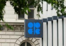 Логотип ОПЕК на здании организации в Вене. Генеральный секретарь ОПЕК Мухаммед Баркиндо сказал, что видит среди участников растущее понимание необходимости принять меры для контроля над добычей ради поддержки цены на нефть, внутри и вне организации нефтепроизводителей.  REUTERS/Heinz-Peter Bader