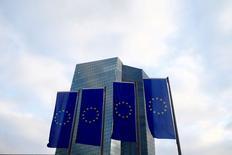 Imagen de archivo de banderas de la Unión Europea ondean frente a la sede del Banco Central Europeo en Fráncfort, Alemania. 3 diciembre 2015. Las empresas de la zona euro y los propietarios de viviendas podrían estar perdiendo la fe en la capacidad del Banco Central Europeo para impulsar la inflación nuevamente hacia su meta, mostró una investigación del BCE publicada el viernes, lo que podría profundizar los problemas que el banco intenta reparar. REUTERS/Ralph Orlowski