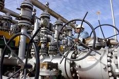 """Irak está dispuesto a """"desempeñar un papel"""" en la OPEP para apuntalar los precios del crudo, dijo el sábado el ministro iraquí de Petróleo Jabar Ali al-Luaibi, sin dejar claro si el país está preparado para apoyar un posible acuerdo para congelar los niveles de producción. En la imagen, un trabajador revisa las válvulas en una refinería en Al-Sheiba, en la ciudad iraquí de Basra, el 26 de enero de 2016. REUTERS/Essam Al-Sudani/"""