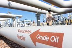 Los precios del crudo caían casi 2 por ciento el lunes, presionados por el aumento de producción de los países de  Oriente Medio y por la subida del dólar, que se beneficiaba de las expectativas de un alza de los tipos de interés en EEUU a finales de este año. En la foto, empleados en un campo petrolífero en Amara, al sureste de Bagdad el 21 de enero de 2016. REUTERS/Essam Al-Sudani