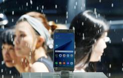 Samsung Electronics envisage de procéder à un rappel de ses Galaxy Note 7 à la suite d'incidents signalés au niveau de la batterie du smartphone haut de gamme. Plusieurs utilisateurs se sont plaints auprès du groupe, assurant que la batterie de leur smartphone grand format avait pris feu alors qu'ils la rechargeaient.REUTERS/Kim Hong-Ji