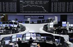 Las bolsas europeas abrieron el viernes con pocos cambios, mientras los inversores aguardan un dato clave de empleo en Estados Unidos esta tarde en busca de pistas sobre la próxima subida de tipos de la Reserva Federal. En la imagen, unos operadores en la bolsa de Fráncfort, el 1 de septiembre de 2016. REUTERS/Staff/Remote