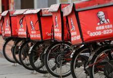 Yum Brands, propriétaire des marques de restauration rapide KFC et Pizza Hut, a annoncé qu'il allait vendre une part de ses opérations en Chine à une société d'investissement chinoise et à une filiale financière d'Alibaba dans le cadre de son projet de scission de cette activité. /Photo d'archives/REUTERS/Kim Kyung-Hoon