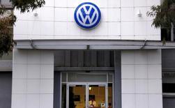 La Commission européenne considère que Volkswagen a enfreint le code de la consommation dans 20 pays de l'Union européenne en trichant sur les émissions polluantes de ses moteurs diesel, rapporte le quotidien allemand Die Welt, en s'appuyant sur des sources au sein de l'exécutif de l'UE. /Photo d'archives/REUTERS/David Gray