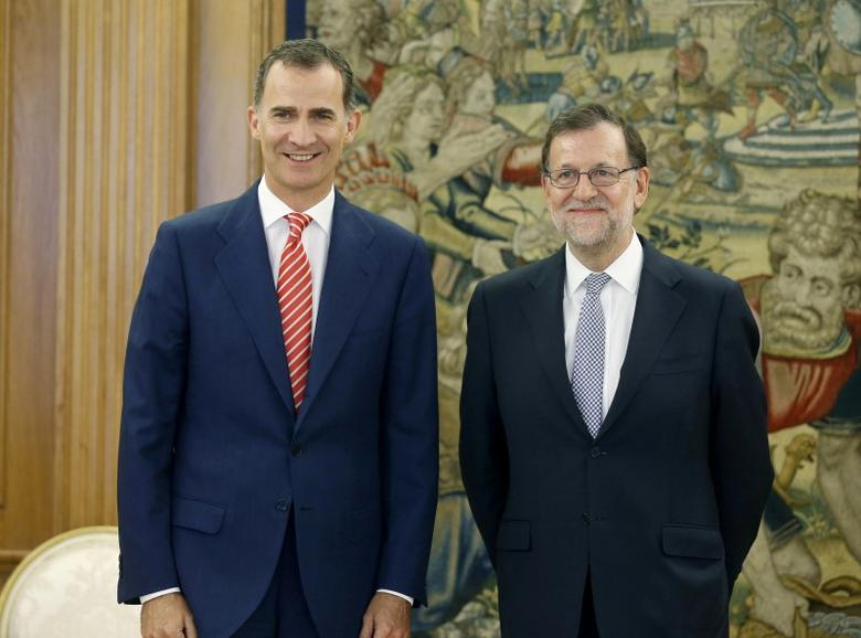 Spain's King Felipe (L) and acting Prime Minister Mariano Rajoy pose before their meeting at Zarzuela Palace in Madrid, Spain, July 28, 2016. REUTERS/Angel Diaz/Pool