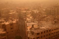 """Разрушенные строения в пригороде Дамаска 7 сентября 2015 года. Сирийский конфликт вступает в крайне непредсказуемую фазу, сказал бывший глава Службы безопасности Израиля в понедельник, отметив, что поддерживаемая Ираном группировка """"Хезболла"""" представляет растущую угрозу. REUTERS/Bassam Khabieh"""