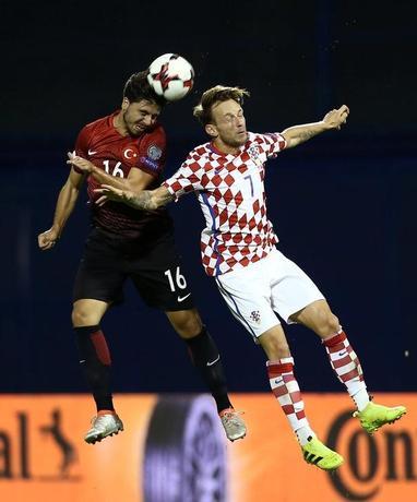 Football Soccer - Croatia v Turkey - World Cup 2018 Qualifiers - Maksimir Stadium, Zagreb, Croatia - 5/9/16. Turkey's Ozan Tufan in action against Croatia's Ivan Rakitic. REUTERS/Antonio Bronic