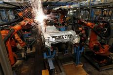 La fuerte demanda de los países de la zona euro llevó a un aumento de los pedidos industriales alemanes en julio, en el primer mes completo después de la decisión británica de abandonar la Unión Europea, según mostraron datos publicados el martes. En la imagen, una fábrica de Ford en Colonia, el 12 de septiembre de 2013. REUTERS/Wolfgang Rattay/File Photo