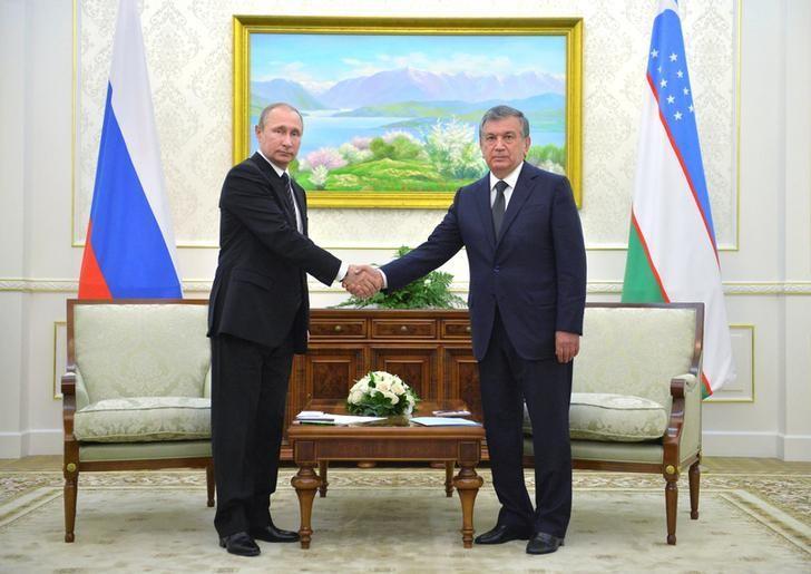 Russian President Vladimir Putin (L) meets with Uzbek Prime Minister Shavkat Mirziyoyev in Samarkand, Uzbekistan, September 6, 2016. Sputnik/Kremlin/Alexei Druzhinin/via REUTERS