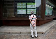 Un hombre mira una pantalla que muestra la tasa cambiaria entre el yen japonés y el euro, afuera de una correduría en Tokio, Japón. 6 de julio de 2016. Las bolsas de Asia avanzaban el martes, pero las acciones australianas se mantenían en terreno negativo después de que el Banco de la Reserva de Australia mantuvo las tasas de interés sin cambios como se esperaba. REUTERS/Issei Kato