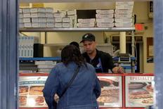 Un cliente realizando un pedido en un restaurante de la cadena de pizzerías Domino's Pizza en Nueva York, mayo 25, 2016. El sector de servicios de la economía de Estados Unidos se expandió en agosto a un ritmo más lento que en julio y la caída respecto al mes previo fue la más grande desde la crisis financiera de 2008, mostró un reporte de la industria publicado el martes.   REUTERS/Brendan McDermid