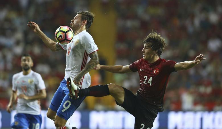 Football Soccer - Turkey v Russia - Soccer Friendly - Antalya, Turkey- 31/08/16. Turkey's Caglar Soyuncu (R) and Russia's Fedor Smolov in action. REUTERS/Murad Sezer