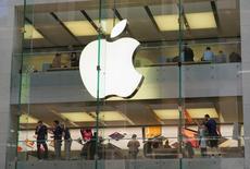 Se espera que el iPhone 7 se presente mundialmente este miércoles, pero numerosos consumidores e inversores ya están fijando su mirada en una versión posterior del popular teléfono inteligente de Apple en 2017, con la esperanza de avances más significativos.En la imagen, clientes y empleados en una tienda de Apple en Sidney, el 7 de septiembre de 2016. REUTERS/Jason Reed