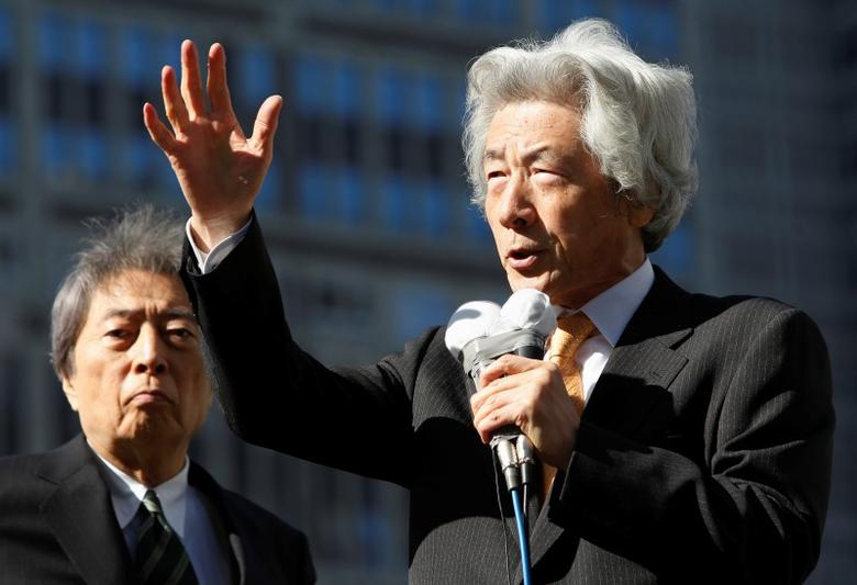 Junichiro Koizumi (R), former Japanese prime minister and a supporter of former Japanese premier Morihiro Hosokawa (L), a candidate of Tokyo gubernatorial election, speaks to voters atop a van while campaigning for the February 9 vote in front of Tokyo Metropolitan governmental building in Tokyo January 23, 2014.  REUTERS/Yuya Shino