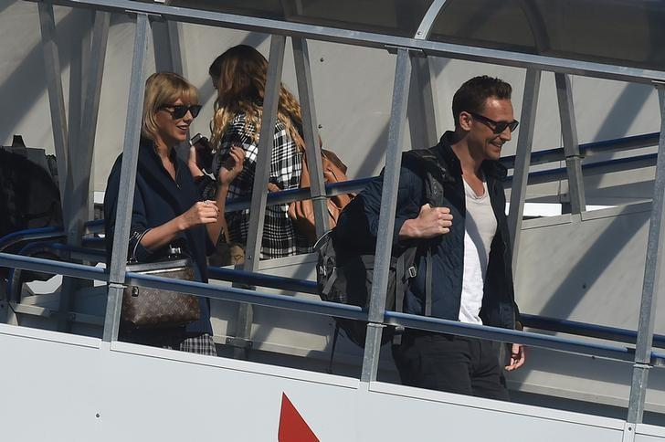 U.S. singer Taylor Swift (L) and British actor Tom Hiddleston arrive at Gold Coast airport in Australia, July 8, 2016. AAP/Matt Roberts/via REUTERS