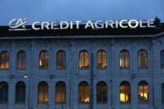 Crédit Agricole, deuxième plus forte hausse du CAC 40, gagne 0,94% à la Bourse de Paris à la mi-séance. Les valeurs bancaires sont favorablement orientées alors que la BCE pourrait assouplir ses règles pour faire face au risque de raréfaction des titres éligibles à son vaste programme d'assouplissement quantitatif. L'indice CAC 40 est presque inchangé (-0,06% à 4.554,91 points) à 12h13. /Photo d'archives/REUTERS/Denis Balibouse