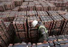 Un trabajador portuario revisa un cargamento de cobre que será exportado a Asia, en Valparaíso, Chile. 21 de agosto de 2006. Las importaciones chinas de cobre cayeron un 2,8 por ciento en agosto frente al mes anterior, a 350.000 toneladas en agosto, el menor nivel en un año, en medio de una débil demanda estacional y a una mayor producción de metal refinado de China, mostraron datos el jueves. REUTERS/Eliseo Fernandez/File Photo