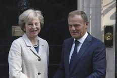 تيريزا ماي رئيسة وزراء بريطانيا تقوم بتحية دونالد توسك رئيس المجلس الأوروبي في لندن يوم الخميس. تصوير: نيل هول - رويترز.