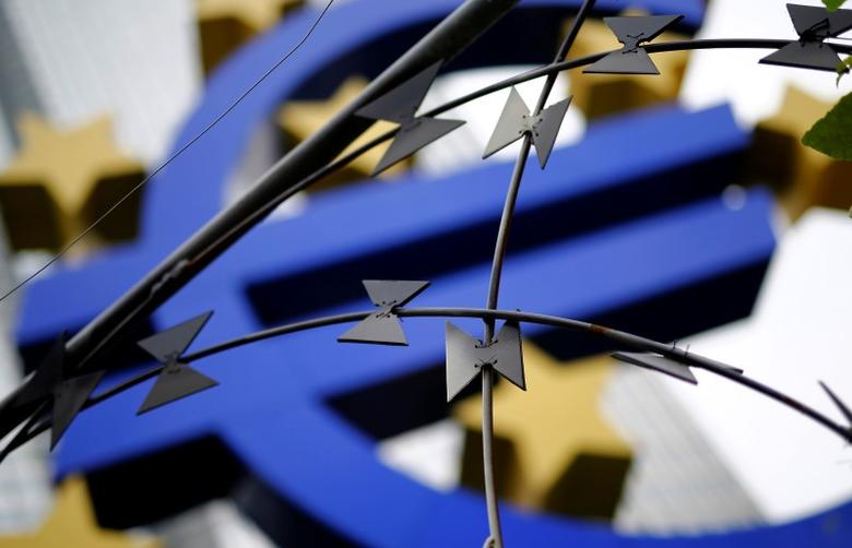 Protestors left some barbed wire in front of the euro sign landmark outside the headquarters of the European Central Bank (ECB) before the ECB's monthly news conference in Frankfurt, September 4, 2014. REUTERS/Kai Pfaffenbach (GERMANY - Tags: BUSINESS CIVIL UNREST) - RTR44WQ1