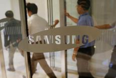 Samsung Electronics envisage la cession de ses activités imprimantes à HP Inc, une transaction qui pourrait représenter environ 2.000 milliards de wons (1,61 milliard d'euros). /Photo prise le 28 juillet 2016/REUTERS/Kim Hong-Ji