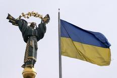 Флаг Украины на площади Независимости в Киеве 11 апреля 2016 года. Украина объявила столицу Киев местом проведения Евровидения-2017, право принять которое получила благодаря победе украинской певицы Джамалы на европейском песенном конкурсе этого года в Стокгольме. REUTERS/Valentyn Ogirenko