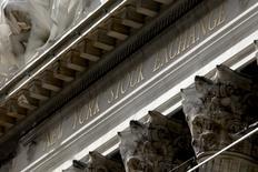 Wall Street évolue vendredi en baisse dans les premiers échanges après l'annonce d'un nouvel essai nucléaire par la Corée du Nord et les propos d'un responsable de la Réserve fédérale plaidant pour un resserrement monétaire. L'indice Dow Jones perd 96,70 points, soit 0,52%, à 18.383,21. Le Standard & Poor's 500, plus large, recule de 0,67% à 2.166,67 et le Nasdaq Composite cède 0,78% à 5.218,41. /Photo d'archives/REUTERS/Mike Segar