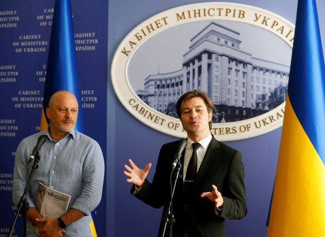Ukraine's Minister of Culture Yevhen Nyshchuk (C) and the head of Ukraine's national television Zurab Alasania attend a news conference in Kiev, Ukraine, September 9, 2016. REUTERS/Valentyn Ogirenko