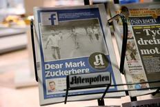 Primeira página do jornal de maior circulação da Noruega, Aftenposten, vista em uma banca de revista em Oslo. O editor-chefe e presidente do jornal, Espen Egil Hansen,  escreveu uma carta aberta ao fundador e CEO do Facebook, Mark Zuckerberg, acusando-o de ameçar a liberdade de expressão e de abuso de poder por ter deletado a emblemática fotografia da guerra do Vietnã, tirada pelo fotóbrafo Nick Ut,  de uma menina correndo das bombas de napalm.  09/09/16 NTB Scanpix/Cornelius Poppe/via REUTERS