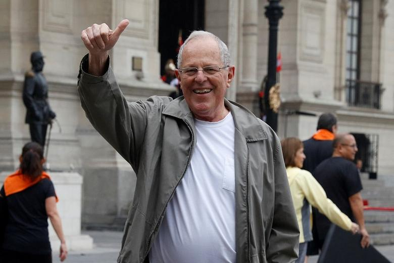 Peruvian President Pedro Pablo Kuczynski poses for a photo after exercising at the Government Palace in Lima, Peru,  August 4, 2016. REUTERS/Guadalupe Pardo