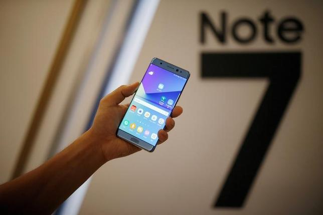 A model poses for photographs with a Galaxy Note 7 new smartphone during its launching ceremony in Seoul, South Korea, August 11, 2016.  REUTERS/Kim Hong-Ji/Files