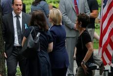 Кандидат в президенты США от демократов Хиллари Клинтон покидает церемонию, посвященную 15-летней годовщине атак смертников на американские города. Нью-Йорк, 11 сентября 2016 года. Клинтон покинула церемонию, так как почувствовала недомогание, но потом ей стало лучше, сообщил избирательный штаб. REUTERS/Brian Snyder