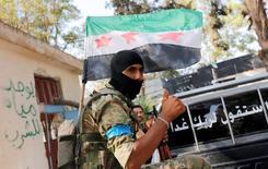 """Член опирающейся на поддержку Турции оппозиционной группировки """"Свободная сирийская армия"""" в сирийском городе Джераблус 31 августа 2016 года. Сирийские повстанцы письменно пообещали США """"позитивно сотрудничать"""" во исполнение соглашения о прекращении огня, однако высказали глубокие опасения по поводу деталей сделки с Москвой. REUTERS/Umit Bektas"""