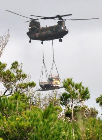 自衛隊ヘリが重機運搬、沖縄