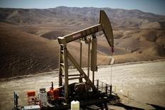 Нефтяной насос-качалка в Калифорнии. Стоимость нефти снизилась во вторник из-за беспокойств о росте буровой активности в США, а также поскольку инвесторы зафиксировали прибыль после роста цен примерно на 1 процент на предыдущих торгах.  REUTERS/Lucy Nicholson/File Photo