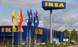 Ikea, le numéro un mondial de l'ameublement, a annoncé mardi une hausse de 7% de son chiffre d'affaires au titre de son exercice fiscal 2015-2016, soit une progression légèrement moins marquée que ce que le groupe suédois avait prévu, ce qui n'empêche pas le total d'atteindre un nouveau record de 34,2 milliards d'euros. /Photo d'archives/REUTERS/Arnd Wiegmann