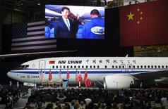 El presidente chino Xi Jinping es mostrado en una pantalla gigante mientras visita la planta de producción de Boeing en eEverett, en Washington. 23 de septiembre de 2015. Las aerolíneas chinas comprarían aviones por un valor de 1,025 billones de dólares en los próximos 20 años, ya que están ampliando sus flotas debido al fuerte crecimiento del turismo local e internacional, dijo Boeing Co en un pronóstico más optimista sobre la demanda del país en materia de aviación. REUTERS/Mark Ralston/Pool/File Photo