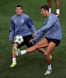 Cristiano Ronaldo e Mateo Kovacic durante treino do Real Madrid. 13/09/2016 REUTERS/Susana Vera