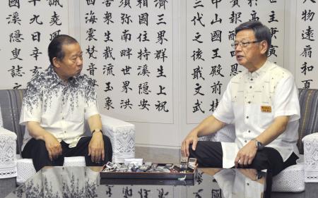 翁長沖縄知事、自民幹事長と会談