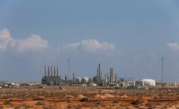 Вид на нефтяной порт Рас-Лануф в Ливии. 11 марта 2014 года. Цены на нефть растут в среду после снижения на 3 процента за предыдущую сессию, поскольку данные Американского института нефти (API) указали на меньшее, чем ожидалось, увеличение запасов в США. REUTERS/Esam Omran Al-Fetori/File Photo