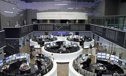 Las bolsas europeas subían en las primeras operaciones del miércoles, rompiendo una racha de cuatro días a la baja al buscar los inversores valores refugio ante las preocupaciones sobre la efectividad de las políticas de los bancos centrales. En la foto, el interior d ela Bolsa de Francfort el 13 de septiembre de 2016. REUTERS/Staff/Remote